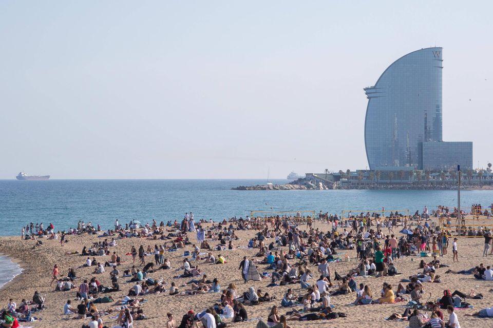 Viele Menschen sind am Strand von Barcelona