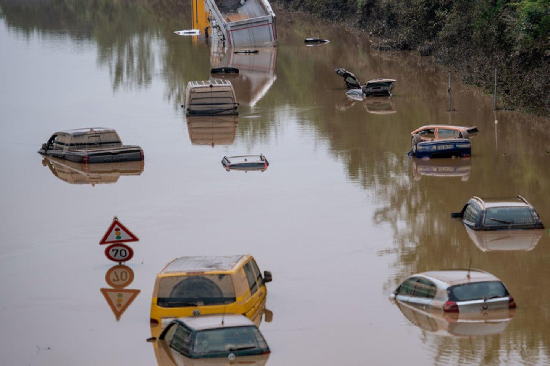Autos stehen im Hochwasser bei Erftstadt