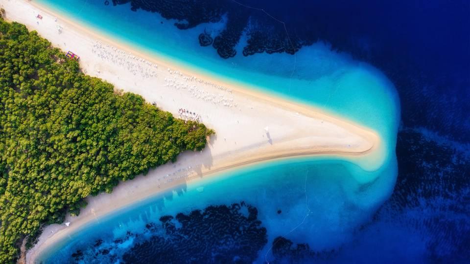 Luftbild am Strand von Zlatni Rat auf der Hvar Insel einer der schönsten Strände in Kroatien