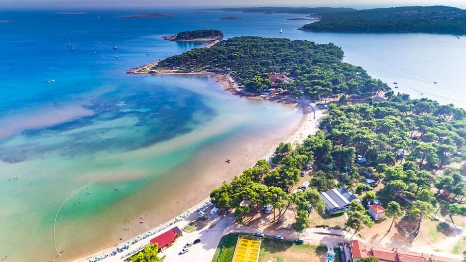 Luftsicht auf Bijeca – Sanstrand von Medulin in Istrien einer der schönsten Strände in Kroatien
