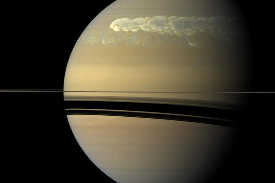 Regelmäßig entladen sich die gewaltigen Energien, die in der Saturnatmosphäre gespeichert sind: Im Dezember 2010 entwickelte sich ein Monstersturm (im Bild oben), der binnen Monaten um den gesamten Planeten herumlief und sich selbst wieder einholte
