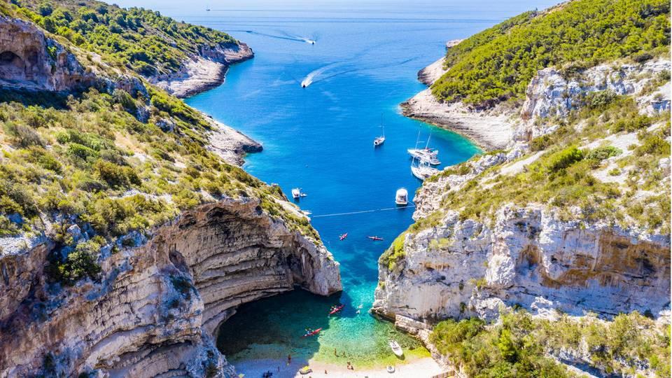 Luftsicht auf den Strand von Stiniva auf der Insel Vis einer der schönsten Strände in Kroatien