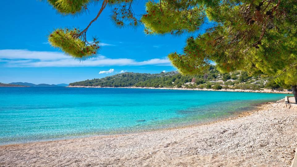 Blick auf den Strand Slanica auf der Insel Murter einer der schönsten Strände in Kroatien