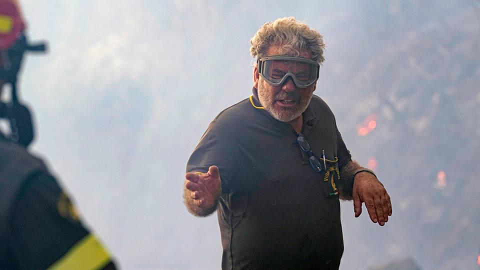 Ein Feuerwehrmann bei Löscharbeiten auf Sardinien