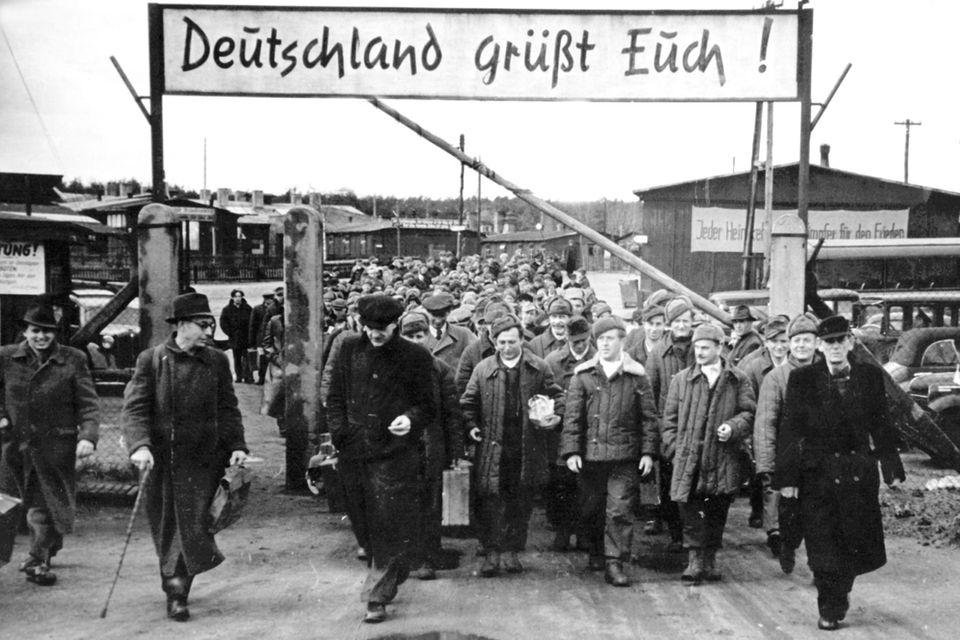 Das Heimkehrerlager Gronenfelde bei Frankfurt/ Oder: Die aus russischer Kriegsgefangenschaft entlassenen Männer treten von hier aus per Zug die Reise zu ihren Heimatorten an