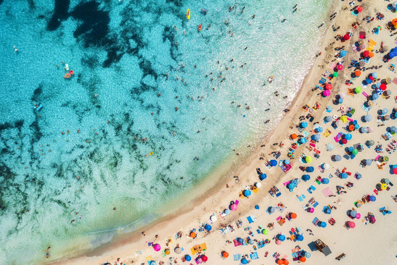 Auf Mallorca tummeln sich viele Urlaubwerinnen und Urlauber am Strand