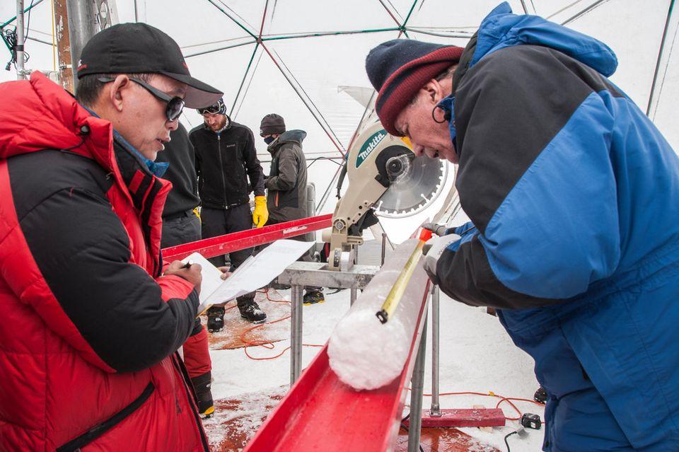 Forscher untersuchen einen Eisbohrkern