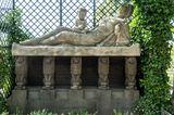 Skulptur einer sterbenden Mutter auf der Mathildenhöhe in Darmstadt