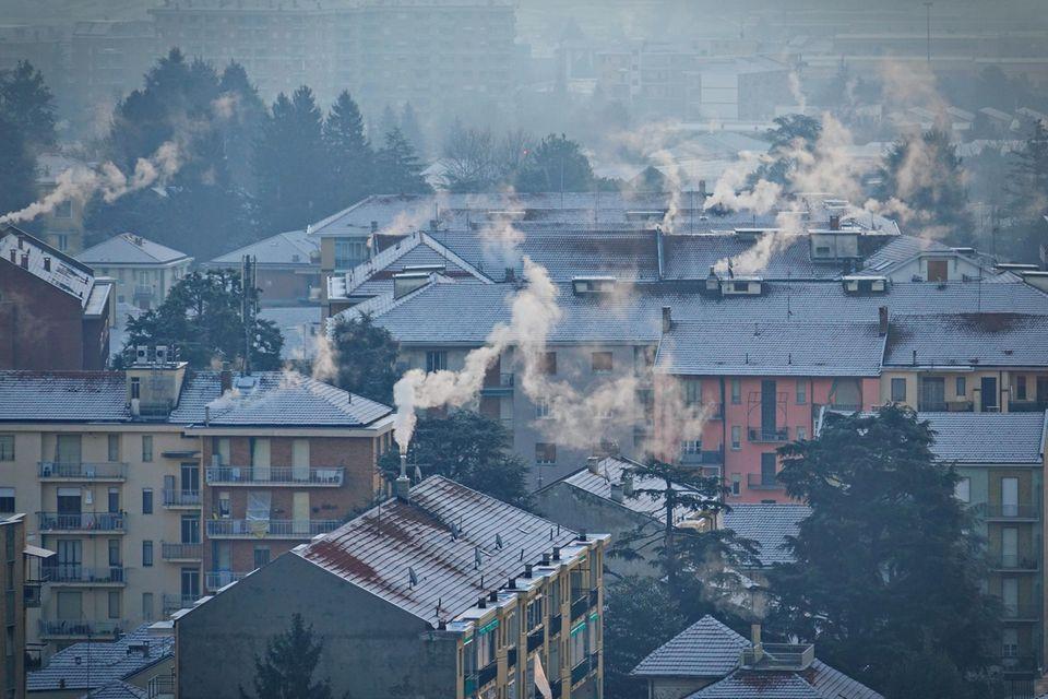 Dreckiger Rauch aus Schornsteinen in Mailand