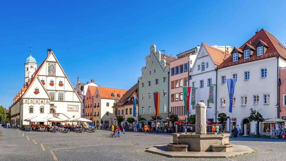 Im Zentrum der Altstadt von Weiden liegt der Obere Markt. Hier steht auch das Alte Rathaus