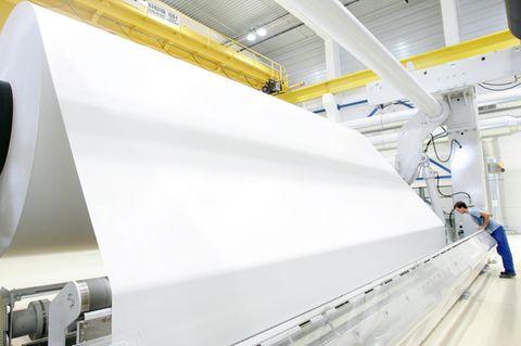 Auf riesigen Rollen produziert Leipa Recyclingpapiere in Schwedt an der Oder