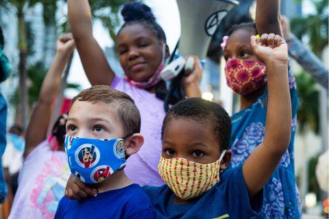 Kinder protestieren am 7. Juni 2020 in Miami in den USA gegen Rassismus.