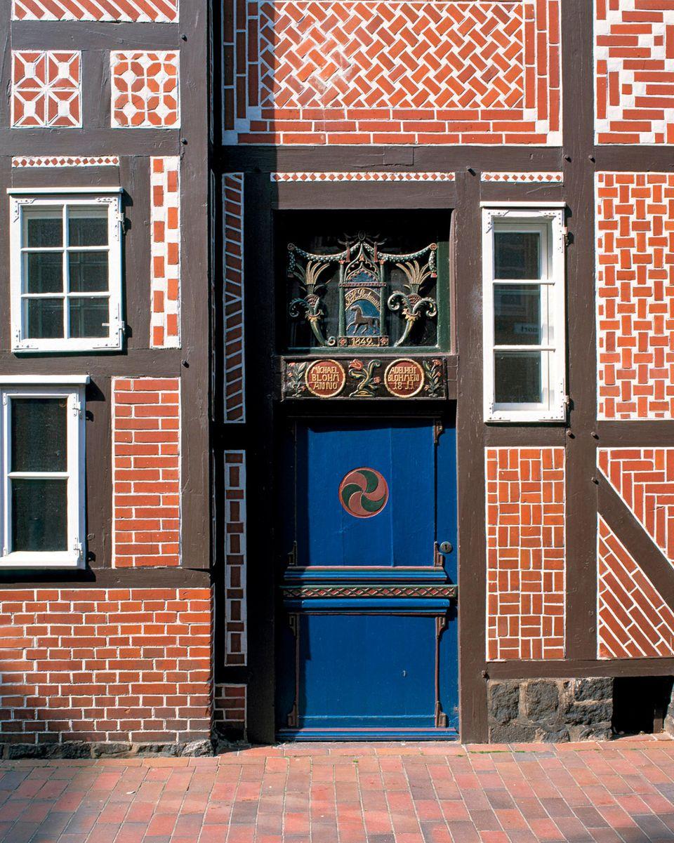Eine verzierte Brauttür am Heimatmuseum in Buxtehude. Diesesogenannten Brauttürenwurden nur geöffnet,wenn die neue Hausherrin einzog, ein Leichnam hinausgetragen wurde oder eine Katastrophe geschah