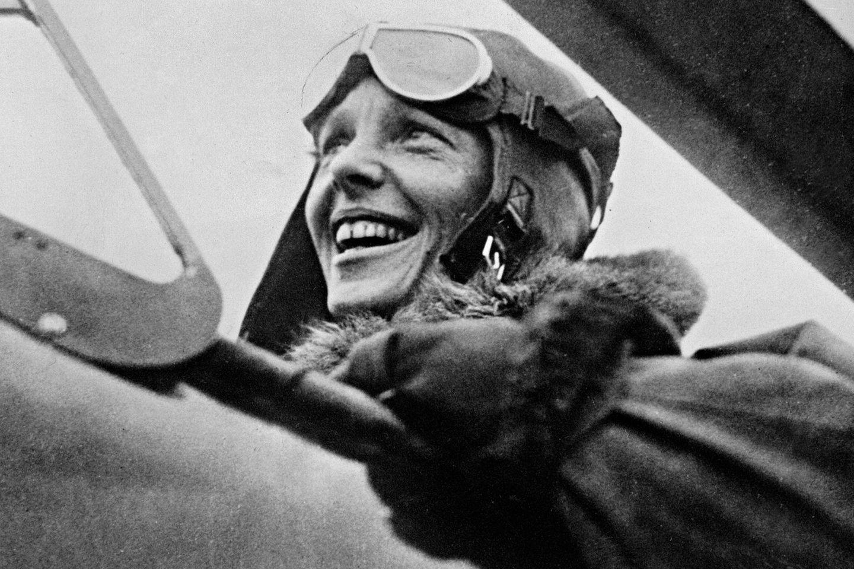 Sie überquert allein in ihrem Cockpit den Atlantik, fliegt als erster Mensch ohne Begleitung von Hawaii zum Festland der USA und von Los Angeles nach Mexiko City. 1937 startet sie zu einer hochriskanten Erdumrundung