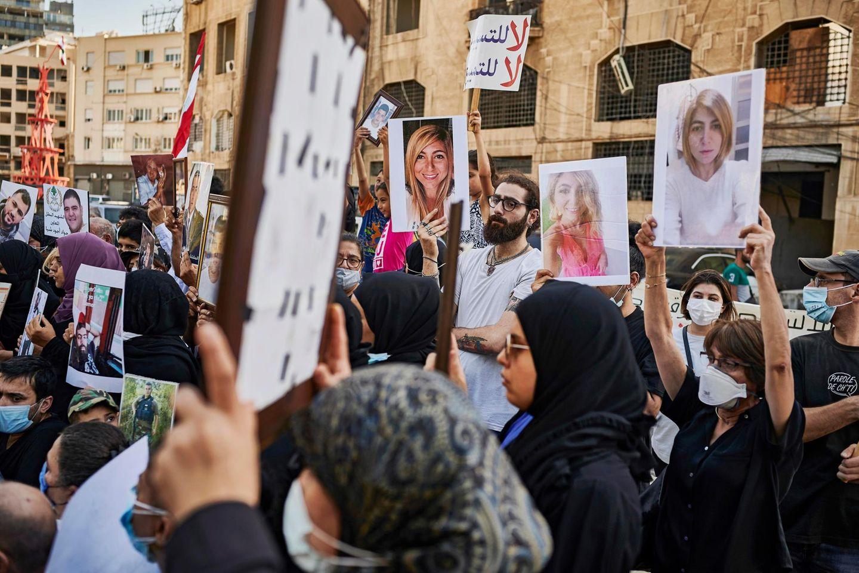 Die Angehörigen der Explosionsopfer demonstrieren jeden Monat für Aufklärung. Annie Vartivarian (rechts außen) reckt ein Foto ihrer getöteten Tochter Gaia in die Höhe