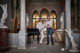 Die Sursocks sind eine der ältesten christlichen Adelsfamilien von Beirut. Das Bild zeigt Lady Mary Cochrane und ihren Mann Roderick Sursock Cochrane inmitten ihres zerstörten Stadtpalastes