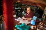 Kaufmann Vasken Dschebidelikian in seinem Kiosk im Stadtteil Geitawi. Seine Familie ist bereits nach Australien emigriert