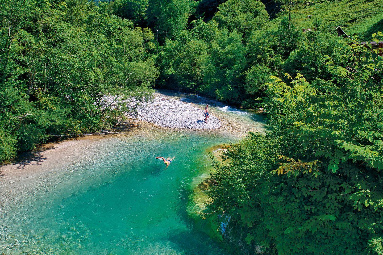 Im österreichisch-slowenischen Grenzgebiet nahe des Seebergsattels entspringt die Kokra in einer Höhe von ca. 1800 m und mündet nach ca. 41 km bei Krain in die Save. In einem Seitental wurde die Bistrica, ein Kokra-Zubringer, zu einem kleinen See aufgestaut. Am wenig frequentierten Jezero Črnava (Schwarzsee), der nach einem einst hier befindlichen dunklen Wäldchen benannt wurde, gibt es leicht erreichbare, familienfreundliche Bademöglichkeiten. Außerdem kann man sich auf der Seeterrasse des Hotels Bor stärken und einen wundervollen Ausblick über den kleinen See genießen.  Fährt man die glasklare Kokra von Krain kommend flussaufwärts, verengt sich oberhalb von Potoče das Tal und bildet alsbald interessante Schluchten, die bei ausreichend Wasserstand die Wildwasserfahrer erfreuen. Bevor es jedoch ganz eng wird, laden große Kiesbänke und Gumpen zum Bade (Bild).      So kommt man hin: Von der Autobahn E61 Richtung Grenzübergang Seebergsattel fahren und bei dem kleinen Örtchen Preddvor links zum Schwarzsee abbiegen. Zum Erreichen der Badestelle am Oberlauf der Kokradie Fahrt zum Seebergsattel fortsetzen.