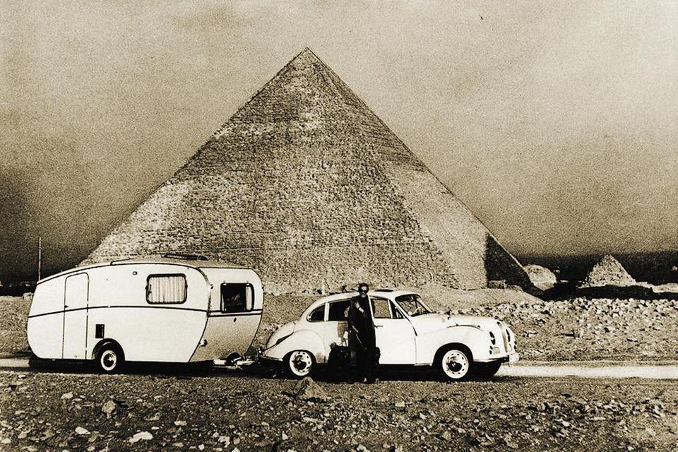 1959 tourt das Dethleffsche Gespann durch Ägypten.Familie Dethleffs unternimmt immer wieder lange Reisen mit dem eigenen Wohnwagen
