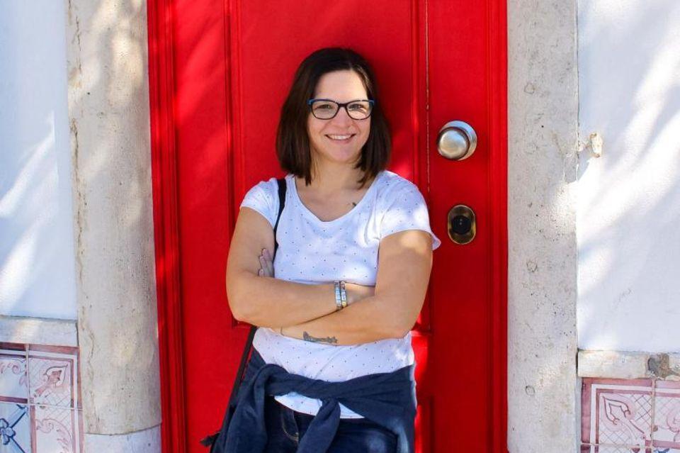 Barbara Horvatits-Ebner steht vor einer roten Tür