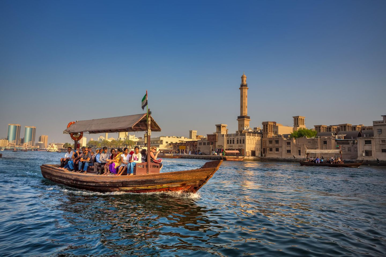 Abra mit Fahrgästen am Bay Creek in Dubai