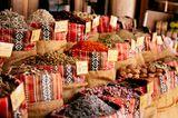 Gewürze in Jutesäcken auf dem Spice Market in Dubai