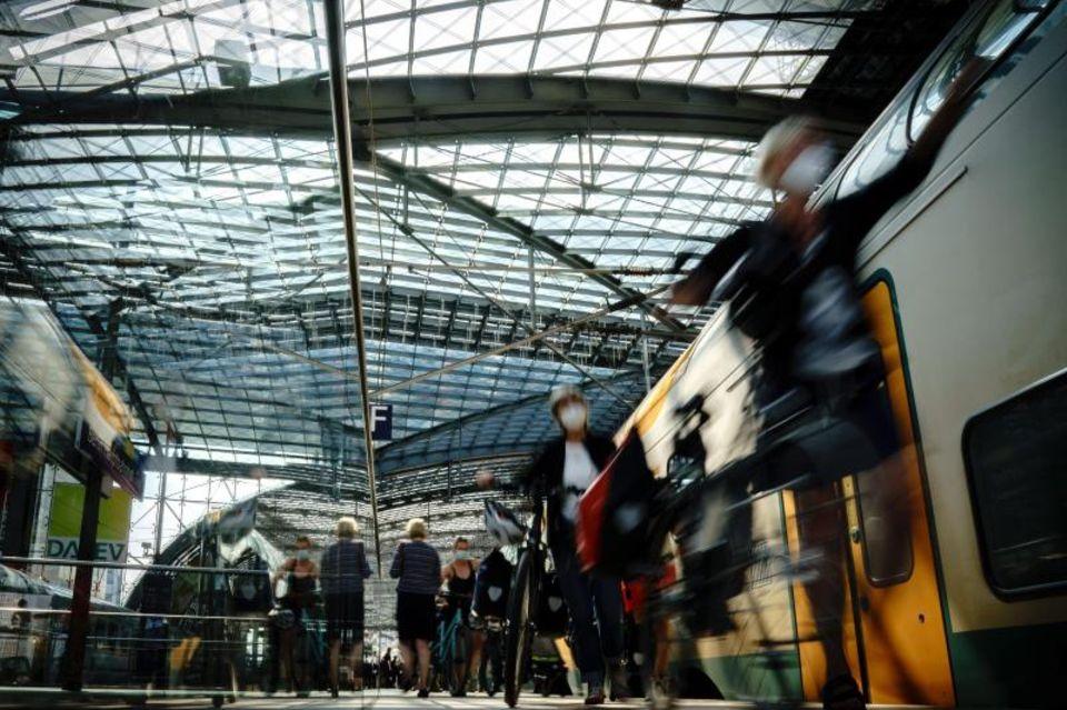 Reisende an einem Bahnsteig