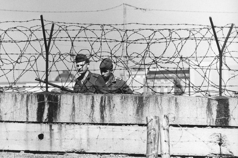 Innerdeutsche Grenze, Angehörige der NVA an der Mauer, Berlin, 1967