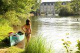 Man hat die Loire gemächlich plätschern lassen: Sie ist einer der wenigen unberührten Flüsse Westeuropas. Wer ihr folgt, passiert elegante Schlösser und üppige Landschaften. An den Ufern der zahlreichen Nebenflüsschen findet jeder ein ruhiges Fleckchen zum Baden und Picknicken - am besten mit Blick auf das prachtvolle Wasserschloss Chenonceau, das den Cher überbrückt.