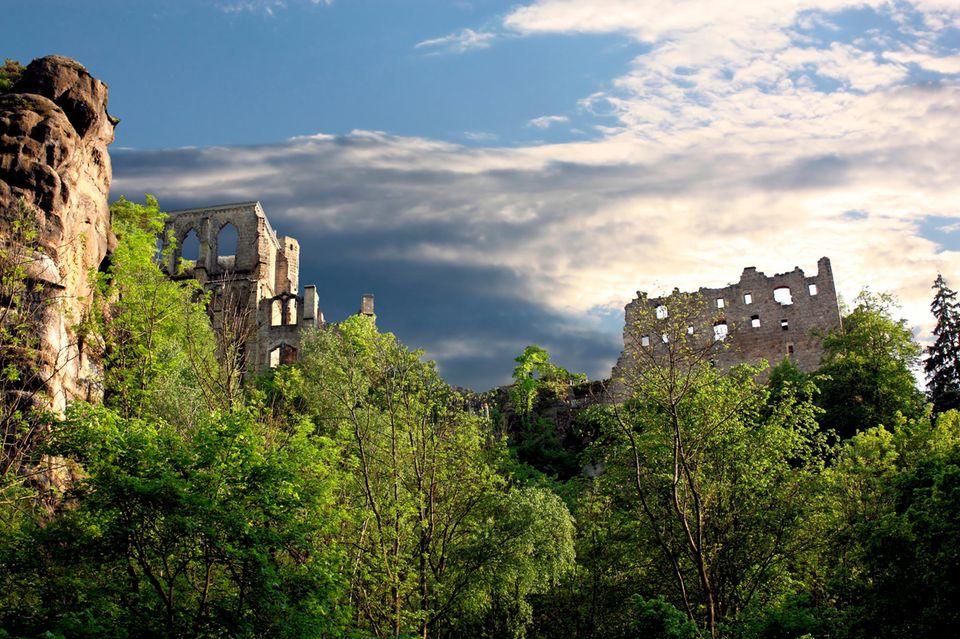 Blick auf die Burgruine auf Berg Oydin