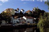 Burgruine Hals thront hoch über der Ilzpromenade in Passau