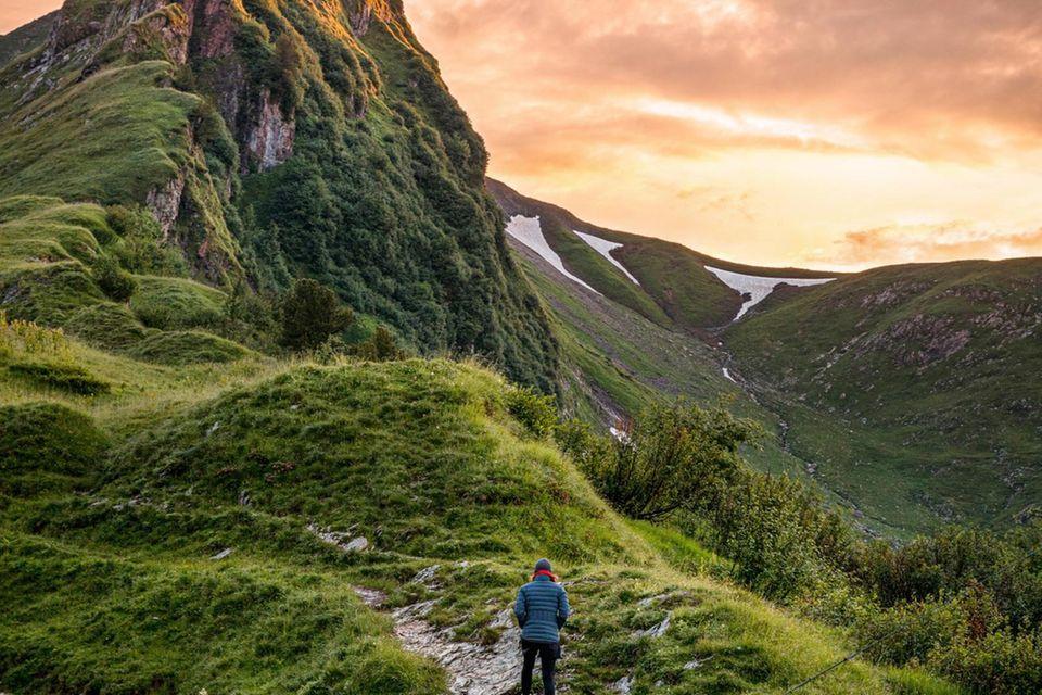 Viele Wege führen auf die Allgäuer Rote Spitze, etwa die auf den steilen Wiesen der Südflanke