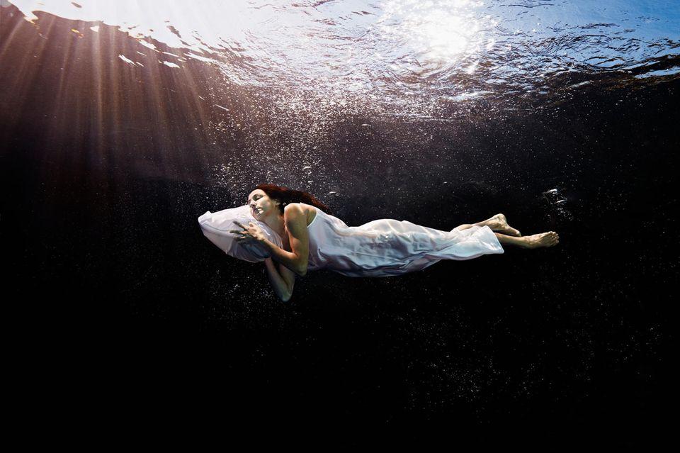 Frau schwebt im Traum