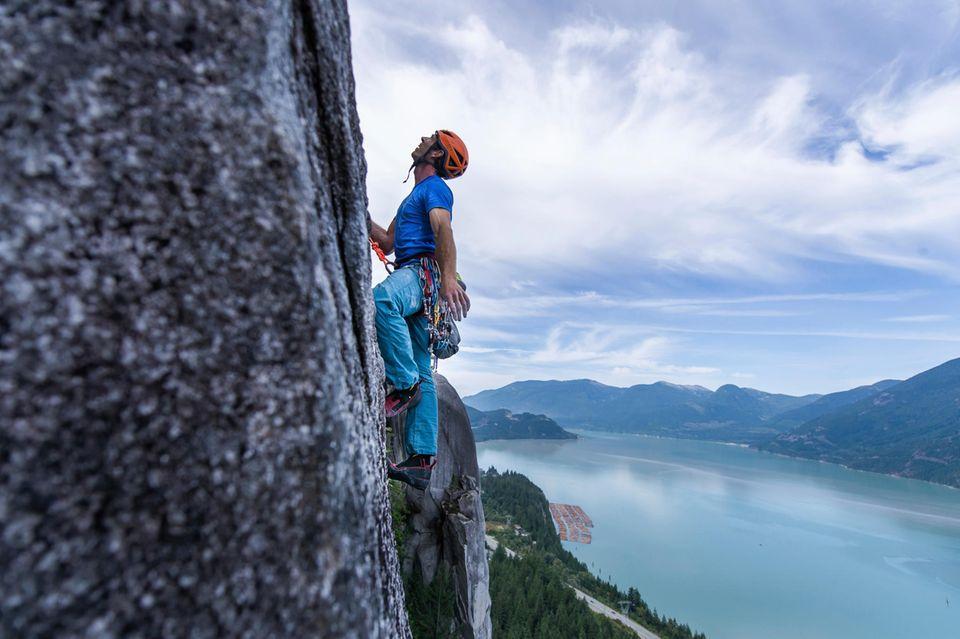 Kletterer erklimmt den Stawamus Chief