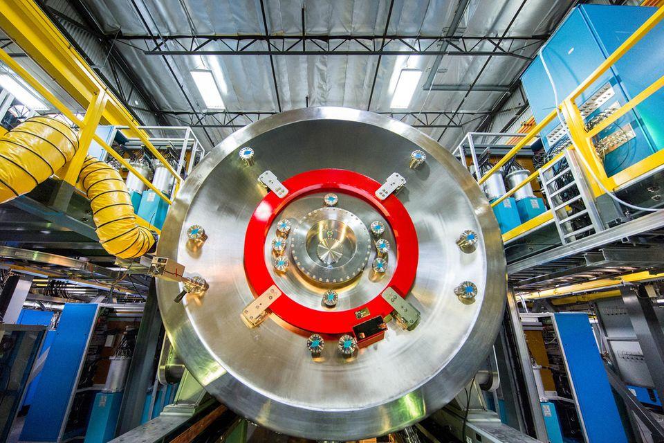 """In einer unscheinbaren Fabrikhalle nahe Los Angeles steht """"Norman"""", die aktuelle Ausbaustufe des Fusionsreaktors von TAE Technologies. Im Juli 2017 produzierte die Maschine ihr erstes Plasma, nun soll sie bald durch einen größeren Testreaktor namens """"Copernicus"""" abgelöst werden."""