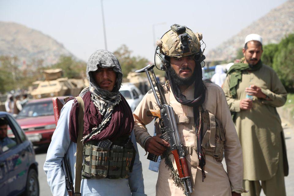 Machtübernahme: Bewaffnete Kämpfer der Taliban marschieren am 16. August 2021 durch die afghanische Hauptstadt Kabul