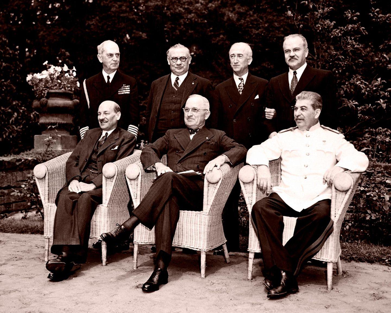 Gruppenfoto der Potsdamer Konferenz im Cecilienhof in Potsdam