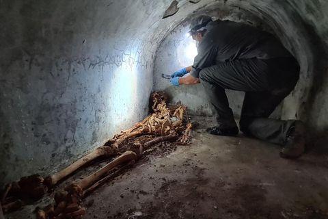 Ein Archäologe untersucht in der versunkenen Stadt Pompeji die mumifizierten Überreste von Marcus Venerius Secundio