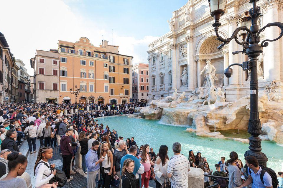 Touristenmassen am Trevi-Brunnen