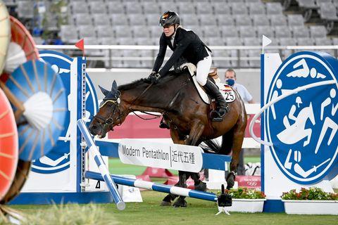 """""""Moderner Fünfkampf"""" bei Olympia 2021: Das Pferd Saint Boy von Annika Schleu aus Deutschland verweigert den Sprung"""