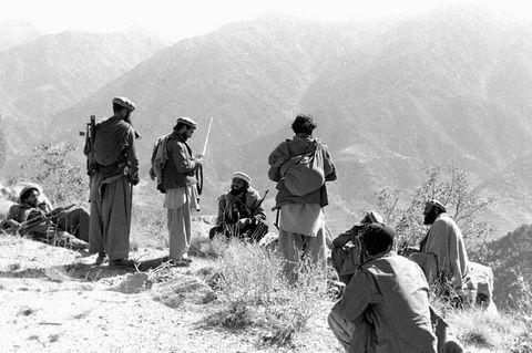 Sowjetische Intervention in Afghanistan von 1979 bis 1989: In den Bergen können die Invasorenihre materielle Überlegenheit nicht ausnutzen. Immer wieder locken islamische Widerstandskämpfer, dieMudschahedin,die Rote Armee in Hinterhalte. Insgesamt sterben bis 1989 mehr als 14.000 Sowjetsoldaten bei den Kämpfen – und mehr als eine Million afghanische Zivilisten