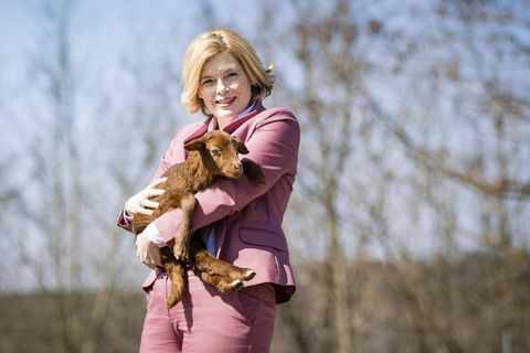 Julia Kloeckner hält eine Babyziege auf dem Arm