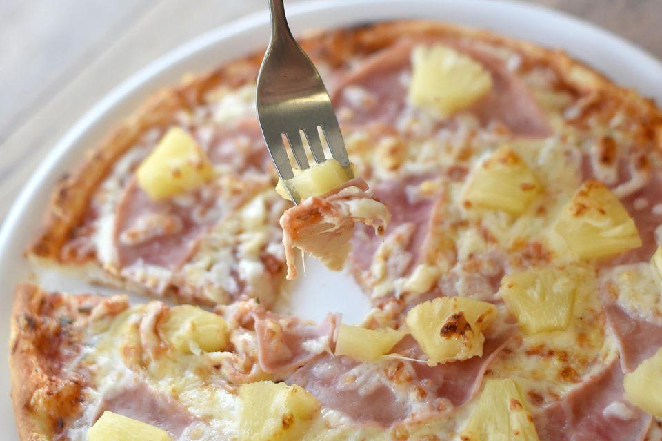 """Der Name """"Pizza Hawaii"""" soll einen exotischen Touch verleihen, hat mit hawaiianischer Küche aber nichts gemein"""