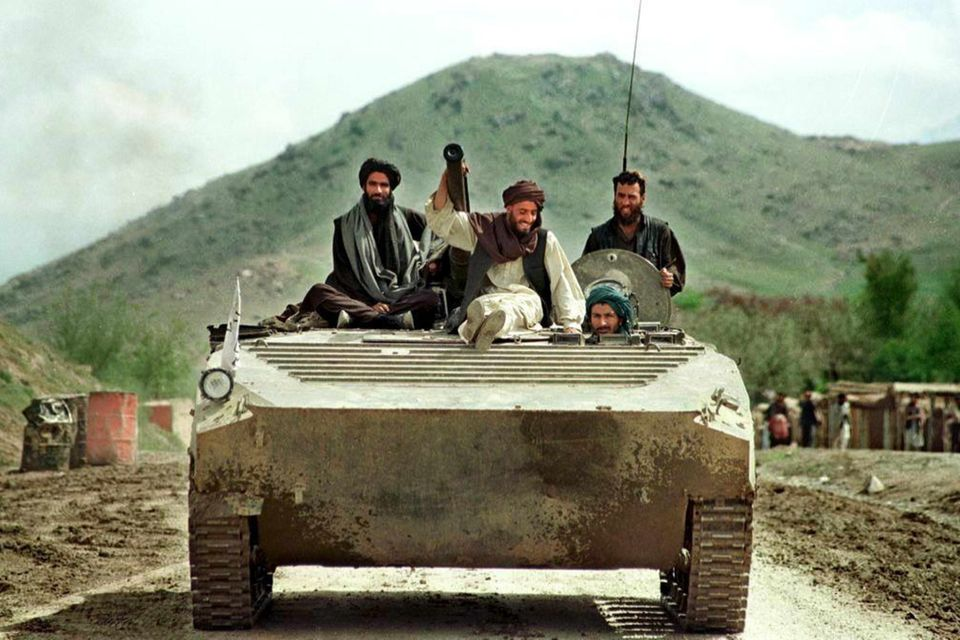 (Archiv) A 26 April 1998 file photo shows Taliban fighters riding on a Soviet-made light tank towards a front line position in Hossein Kot, 25km north of the Afghan capital Kabul. The Taliban militia closed in on the Afghan opposition capital of Mazar-i-Sharif 04 August after a spectacular breakthrough in the north of the country. dpa COLOR