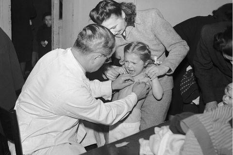 Auch nach dem Zweiten Weltkrieg bleibt Tuberkulose eine lebensgefährliche Krankheit: Kinder müssen zu regelmäßigen Gesundheitschecks beim Arzt, hier 1949 in Prag