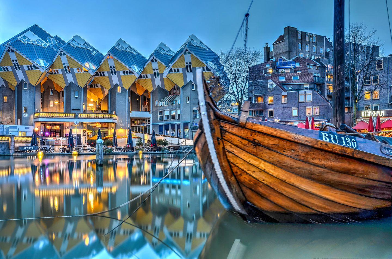Alten Schiff im Hafen von Rotterdam vor den Cube-Häusern
