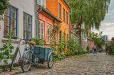 Ein Fahrrad steht vor schönen Häusern in Aarhus