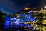 Blick auf die beleuchtete Murinsel im Graz