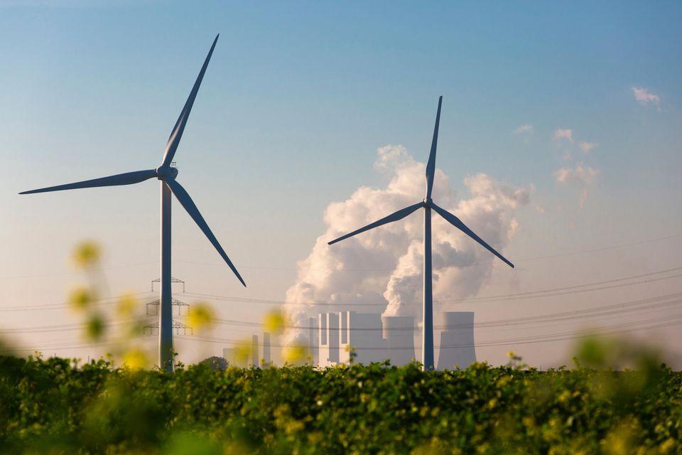 Immer mehr Windkraftanlagen produzieren Strom in Deutschland. Doch dem langen Weg derEnergiewende liegen viele Hindernisse im Weg. Vom Ziel emissionsfreien Wirtschaftens ist das Land noch weit entfernt