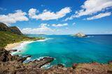 Blick auf Strand und Felsen auf der Insel Oahu